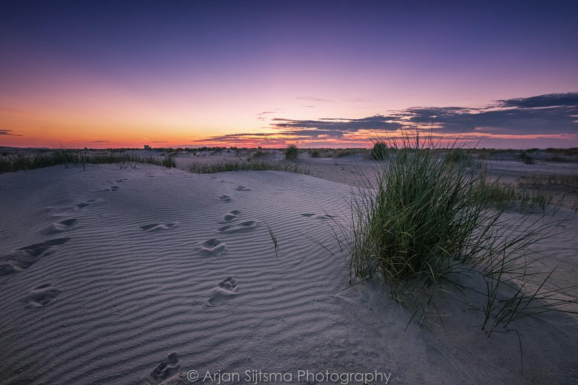 Duintjes op het strand - - - foto door ArjanSijtsma op 30-08-2017 - deze foto bevat: lucht, wolken, zon, strand, zee, natuur, licht, avond, zonsondergang, vakantie, landschap, duinen, tegenlicht, zand, kust, terschelling