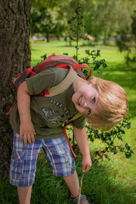Mijn Zoontje Lucas 2 - ons kleine mannetje word steeds grooter . het gaat zo hard word in december al weer 4 . heerlijk Lucas lekker maf aan het doen van wie zou die dat n - foto door sipmaurer op 07-07-2016 - deze foto bevat: gras, boom, natuur, portret, schaduw, tegenlicht, daglicht, ogen, lucas, buiten, blond, 35mm, mijn zoon