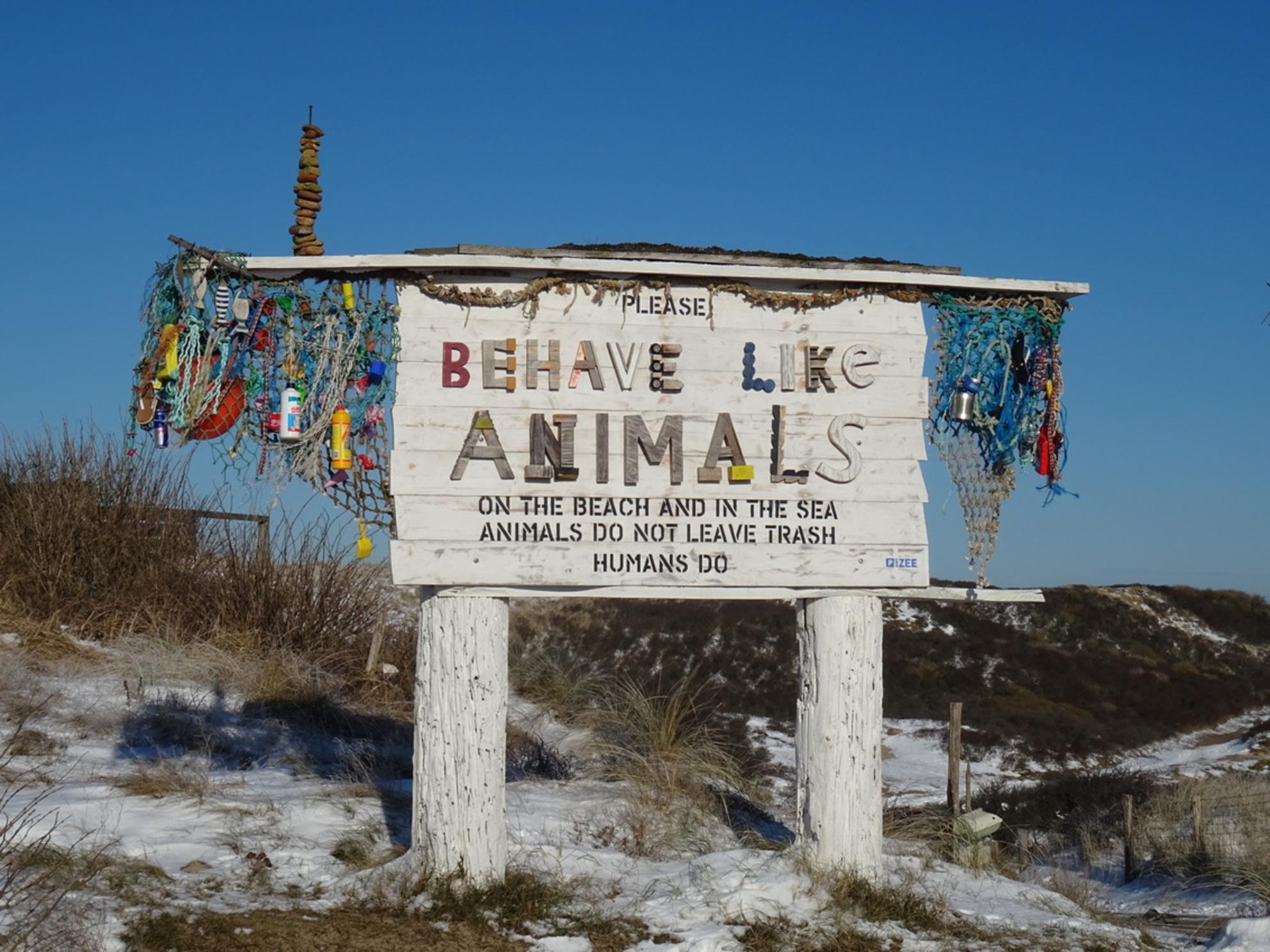 Behave like animals.... een goed advies. - Dit 'aanmoedigings bord'  staat bij het strand van Bakkum. Goed gedaan, ludiek, grappig maar oh zo waar. En eigenlijk is het triest dat zo'n waarschu - foto door FractalCaleidoscope op 28-02-2021 - Deze foto mag gebruikt worden in een Zoom.nl publicatie