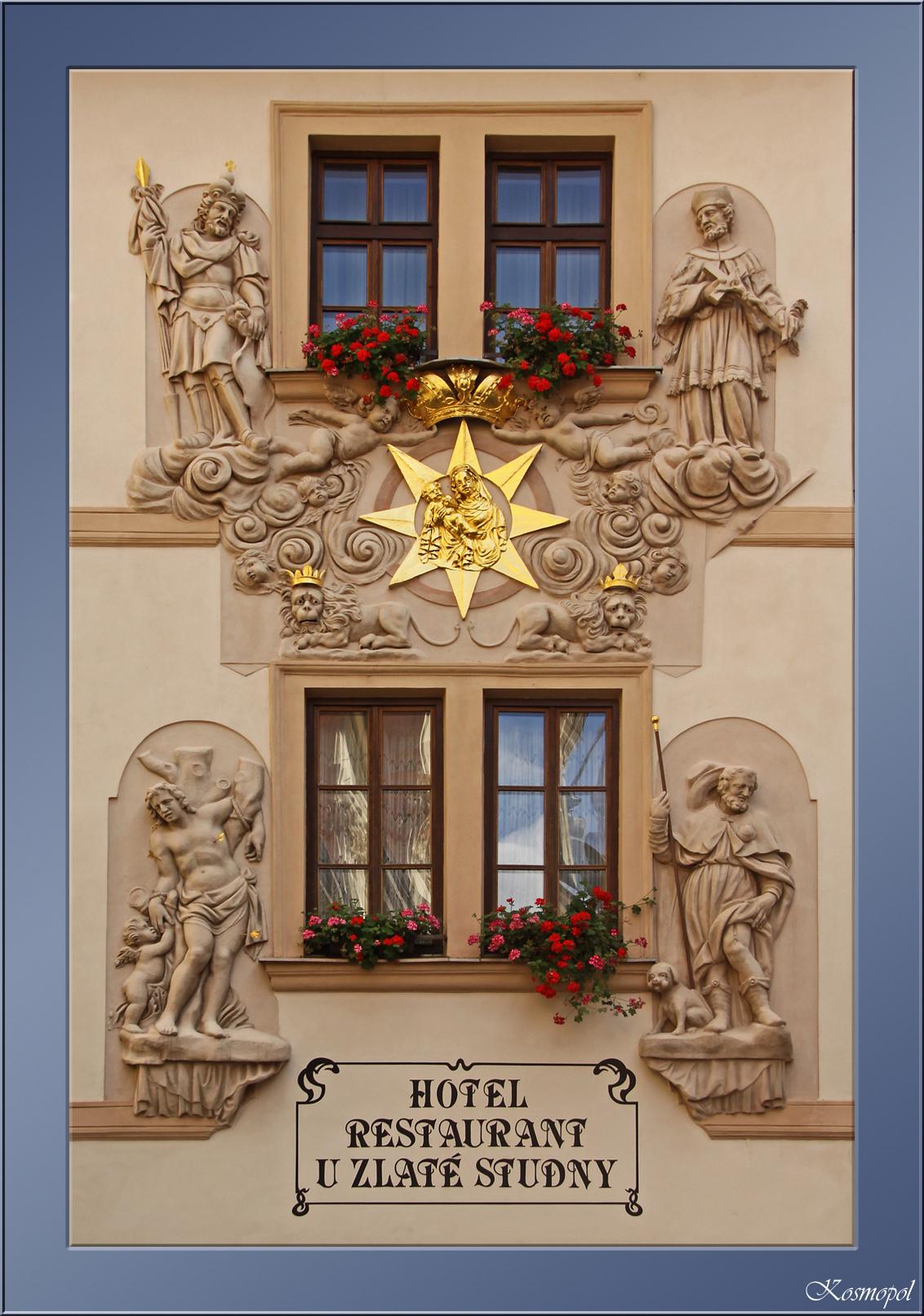 """U Zlaté Studny - Een foto van de gevel van het U Zlaté Studny hotel ( """"bij de gouden bron"""" ) aan de Karlova in Praag.  Ik heb altijd graag gespeeld met kaders, maar  - foto door kosmopol op 20-09-2011 - deze foto bevat: gevel, praag, kosmopol"""