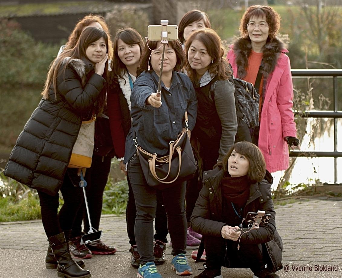 toeristen 4089 - Woon je dicht bij Kinderdijk? Dan loop je er vast en zeker eens rond om mensen te forograferen...... momenteel is het er erg stil .....  maar ik hoop - foto door onne1954 op 24-11-2020 - deze foto bevat: vrouw, mensen, kleur, straat, vakantie, meisje, straatfotografie