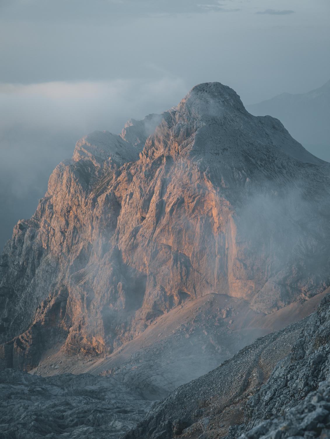 Mighty sunset. - Those last tones of the day make the mountains shine. Feel the alps - foto door canipel op 11-10-2019 - deze foto bevat: lucht, natuur, licht, avond, zonsondergang, landschap, mist, bergen, alpen, ruig, mood, triglav, slovenie