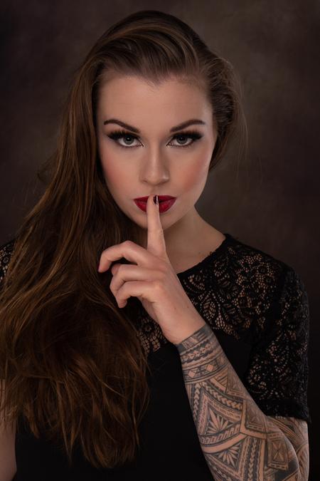 Ssshh.... - Beauty / Glamour shoot met Sacha - foto door diannemathieufotografie op 11-04-2021 - locatie: Vleuten, Utrecht, Nederland - deze foto bevat: portret, beauty, glamour, vrouw, gezamenlijk, huid, lip, hand, wenkbrauw, schouder, lippenstift, wimper, nek, flitsfotografie