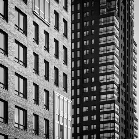 Hoogbouw - Hoogbouw in het centrum van Enschede - foto door renewolf_zoom op 12-04-2021 - locatie: Mooienhof, 7511 HN Enschede, Nederland - deze foto bevat: gebouw, venster, dag, eigendom, wolkenkrabber, zwart, rechthoek, armatuur, torenblok, architectuur