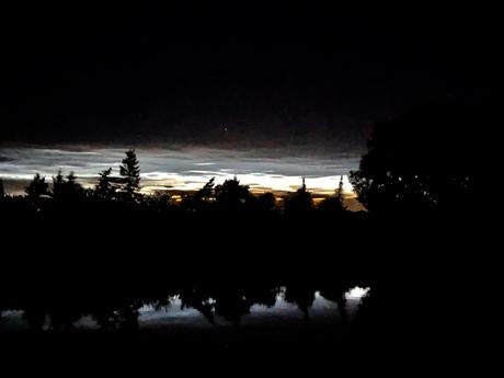 Lichtende nachtwolken