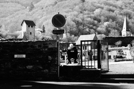Herdenk uw Dierbare... - Cochem - Genomen nabij een begraafplaats in Cochem, Duitsland. - foto door Krulkoos op 25-04-2018 - deze foto bevat: oud, zwartwit, begraafplaats, emotie, straatfotografie, cochem, herdenking, moezel, duitsland, herdenken, ouderen, mosel, overleden, dierbare, hoog contrast, rx100, maurice weststrate, dierbaren