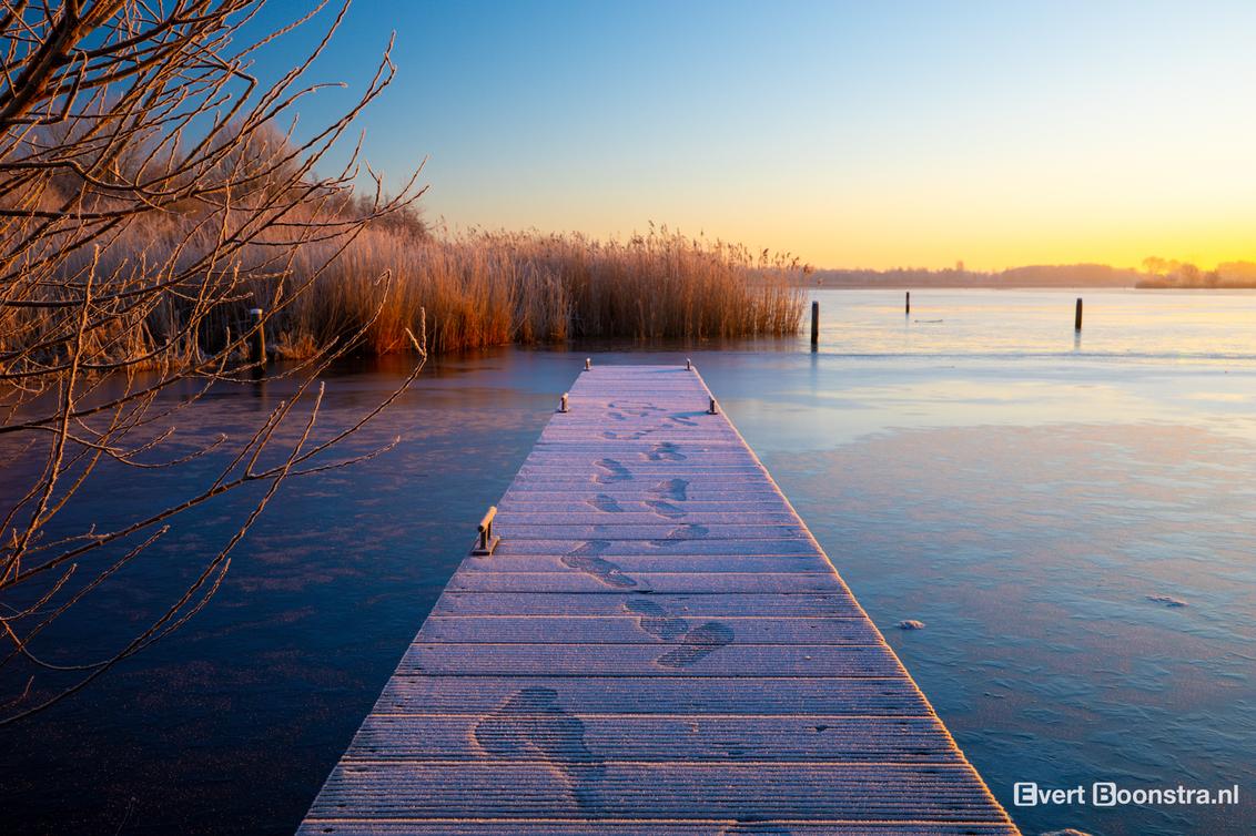 Zonsopkomst in Leeuwarden - Mooie zonsopkomst in Leeuwarden. - foto door evertboonstra op 05-03-2021 - deze foto bevat: water, natuur, sneeuw, ijs, zonsopkomst, meer, steiger