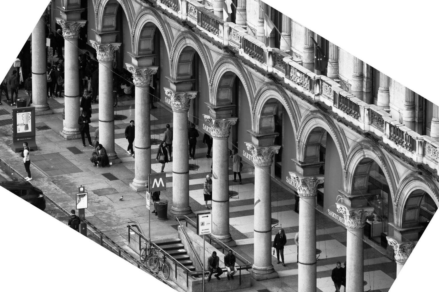 Milano - Kunstwerkje. Gefotografeerd vanaf het dak van de Duomo - foto door Defoxx op 13-04-2021 - locatie: Milaan, Italië - deze foto bevat: milaan, zwartwit, monochrome, kunst, kader, oudheid, gebouw, zwart, lucht, zwart en wit, stijl, lijn, facade, stad, symmetrie, kolom
