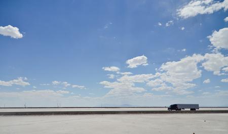Niets om je heen - Ik was op weg van Salt Lake City naar Sacramento over deze uitgestrekte zoutvlakte. Deze truck is 1 van de weinige voertuigen die in een paar uur ben - foto door wilcofm op 29-08-2013 - deze foto bevat: in, het, amerika, truck, woestijn, niets, zoutvlakte, rijden, nevada