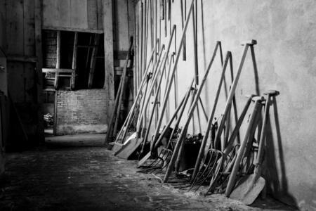 Tuingereedschap - Dit tuingereedschap staat al jaren onebruikt in een oude schuur. - foto door colettevrolijk op 04-05-2012 - deze foto bevat: tuin, stilleven, gereedschap, zwart-wit