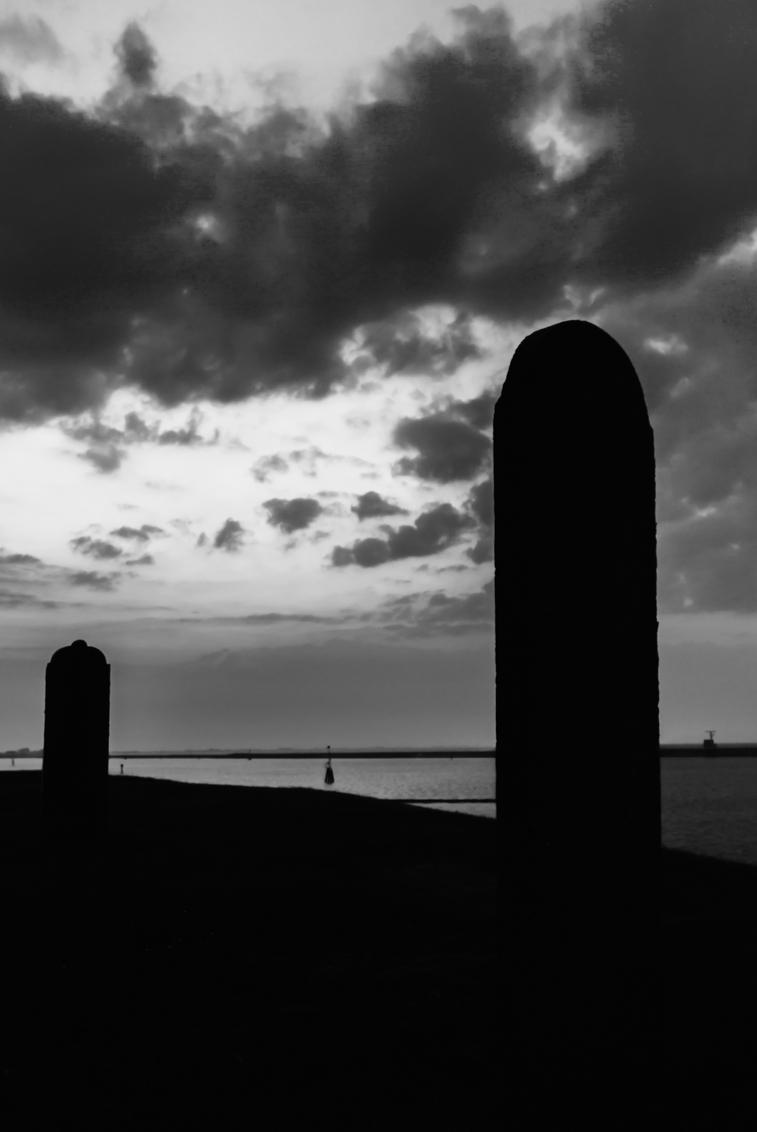 Last sunlight_bw - Grafstenen op de dijk bij voorheen Oterdum. In het laatste zonlicht bij het verloren dorpje onder de rook van Delfzijl zijn dit de laatste resten van - foto door ilahpor op 07-05-2013 - deze foto bevat: graven, graf, delfzijl, oterdum, grafstenen, eems, zwart-wit