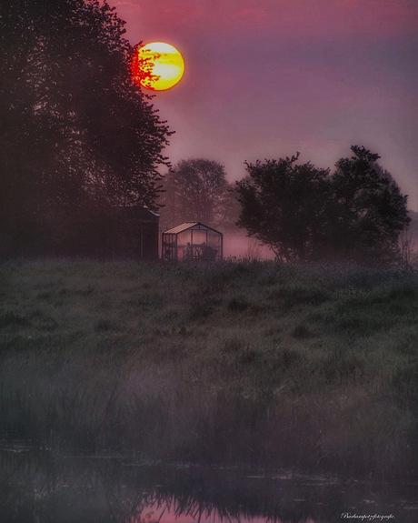 Nevelige zonsopkomst