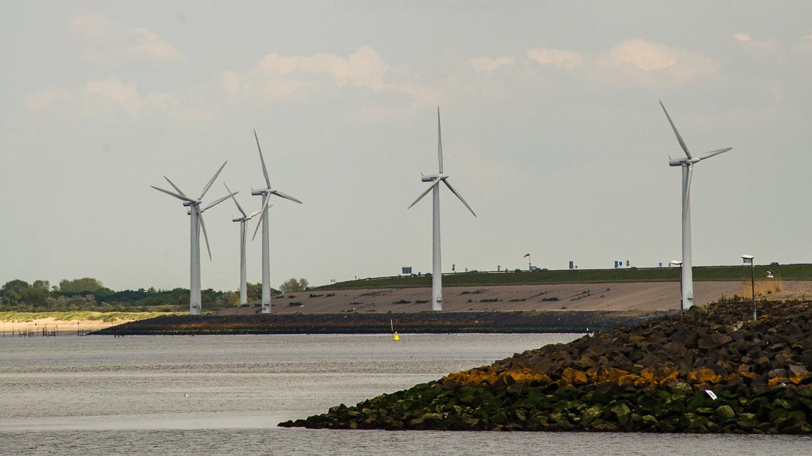 Energie - Kust - foto door capture1 op 11-04-2021 - deze foto bevat: windmolen, lucht, water, ecoregio, licht, windmolenpark, natuur, fabriek, wolk, natuurlijke omgeving