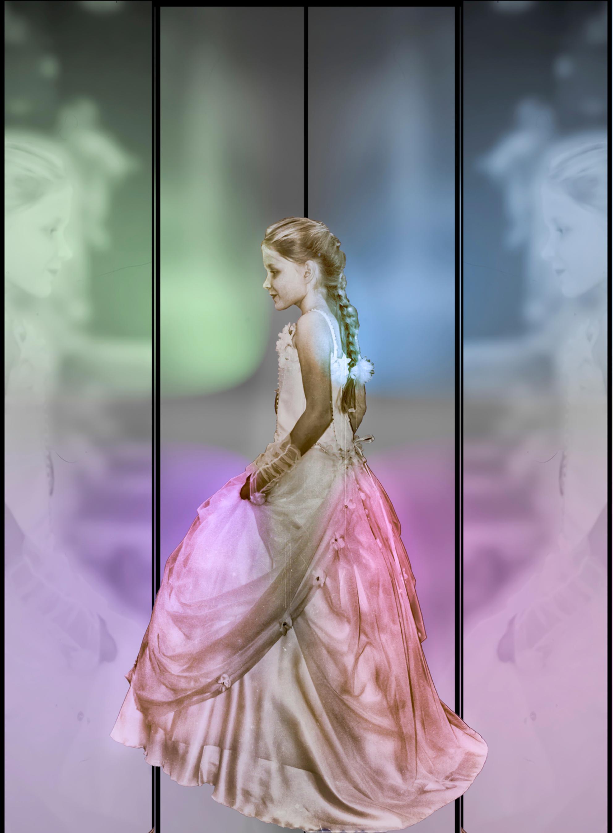 sophie - Dit is Sophie (mijn kleindochter) ze wilde zo graag nog een keer meelopen in de communie modeshow . Het kon nog net volgend jaar is ze te groot. h - foto door bloemke op 26-11-2015 - deze foto bevat: bewerkt, fantasie, meisje, bewerking, jurk, hdr, creatief, sprookje, modeshow, manipulatie, droomwereld, tonemapping, bokeh, reflexie, nik