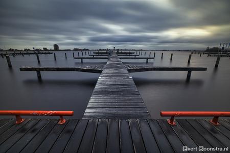 Zeer bewolkte zonsopkomst bij het Pikmeer in Grou - Zeer bewolkte zonsopkomst bij het Pikmeer in Grou - foto door evertboonstra op 08-04-2021 - locatie: Pikmar, 9001 Grou, Nederland - deze foto bevat: water, wolk, lucht, watervoorraden, lichaam van water, hout, meer, horizon, alhoewel, ochtend