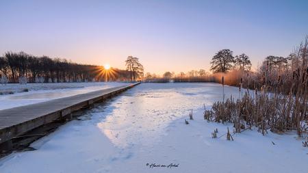 Klarenbeek Loopbrug 2 - Een koude ochtend in Klarenbeek (13-02-2021) ISO100 14mm F11 met gebruik van een grijsverloop Hard 2-stops en 3-verschillende belichtingen. - foto door henrivanarkel op 13-02-2021 - deze foto bevat: water, sneeuw, winter, ijs, landschap, zonsopkomst, apeldoorn, klarenbeek