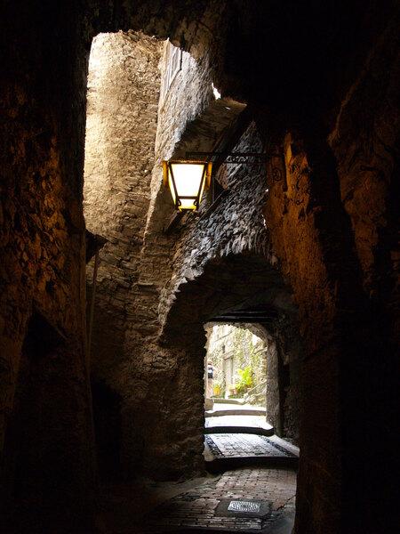 Heksendorp Triora - Steegje in het heksendorp Triora in Liguria in (Italië) - foto door RobertZonnekeyn op 28-11-2019 - deze foto bevat: steeg, dorp, street, italia, travel, lantaarn, italie, straatfotografie, toerisme, italy, middeleeuws, village, reisfotografie, liguria, alley, lantern, ligure, triora
