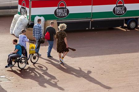 Tassenjacht - Grotemarkt Groningen - foto door nak-kos op 19-04-2021 - deze foto bevat: knuppel, straatfotografie, tassen, vrijgezellenfeest, wiel, band, landvoertuig, voertuig, motorvoertuig, vrachtauto, autoband, asfalt, automotive buitenkant, automotive wielsysteem