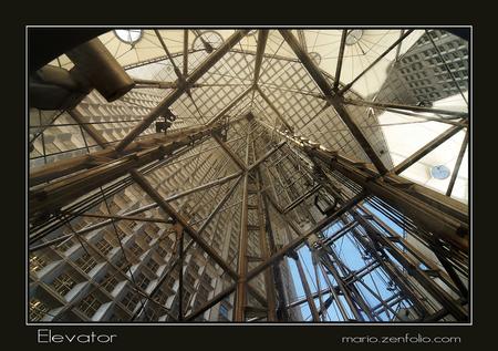 In de lift - Deze foto is genomen toen ik in de lift zat van de Grande Arche te Parijs. Het is een glazen lift, zodat je met 12mm groothoek mooi de diepte van de  - foto door mdl50 op 03-05-2009 - deze foto bevat: parijs, paris, lift, arche, grande