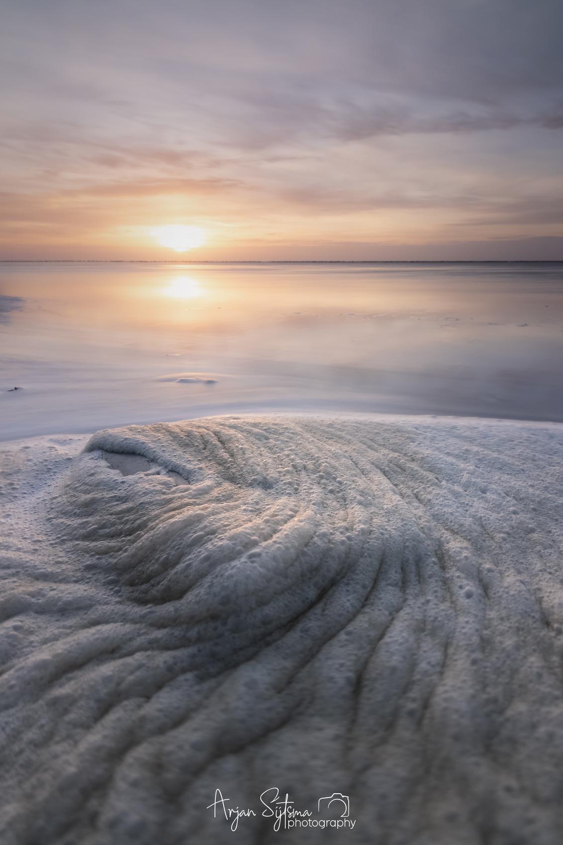 Schuimkragen aan het Wad... - - - foto door ArjanSijtsma op 22-03-2021 - deze foto bevat: lucht, wolken, zon, strand, zee, water, lente, natuur, licht, avond, lijnen, zonsondergang, spiegeling, landschap, tegenlicht, schuim, kust, zonlicht, wadden, waddenzee, friesland, wad, scherptediepte, diepte, lichtinval, voorgrond, fryslan, werelderfgoed, ternaard, lange sluitertijd, Gouden uurtje, gouden uur, t skoar, schuimkragen