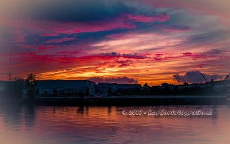 Kleurenpalet in de lucht - Een waar kleurenpalet zaterdagavond boven de haven in Meppel. Het duurde slechts 5 minuten, maar wel de moeite waard. - foto door deharder op 18-08-2019 - deze foto bevat: lucht, kleuren, wolken, rood, natuur, oranje, zonsondergang, meppel, deharder
