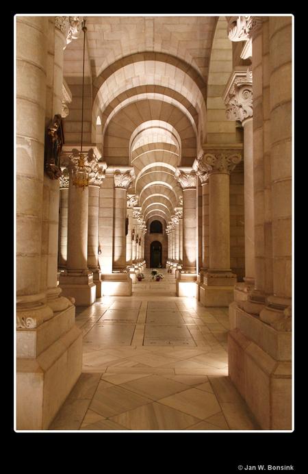 Madrid - De crypte van de kathedraal van Madrid, Catedral de Nuestra Senora de la Almudena. Ik vind de structuur van al de bogen en de diepte wel mooi. De blo - foto door JanB_zoom op 03-08-2011 - deze foto bevat: kathedraal, madrid, crypte