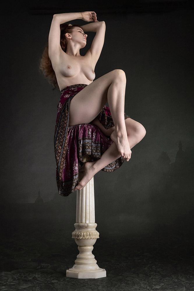 On Marble Pillar - The woman on the pillar is the beautiful Canadian model La Lunetta. The photo shows a classic atmosphere. - foto door jhslotboom op 11-04-2021 - deze foto bevat: flitsfotografie, dij, taille, knie, uitvoerende kunst, menselijk been, kofferbak, kunstmodel, duisternis, kunst
