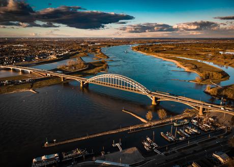 De avond valt over Nijmegen