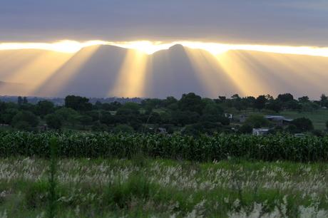 Ondergaande zon boven de bergen in Zuid Afrika
