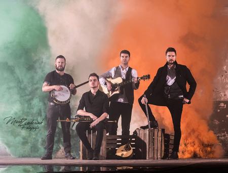 The Kilkennys - The Kilkennys een ierse volksband. - foto door zanderink op 29-12-2017 - deze foto bevat: portret, folks, artiest, theater, gitaar, muziek, optreden, band, muzikant, kracht, rook, zwartwit, fluit, gitarist, zanger, doedelzak, iers, irish, banjo, rookbom, folksmuziek