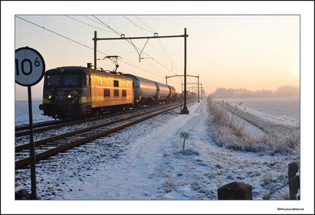Goederentrein in een winters landschap