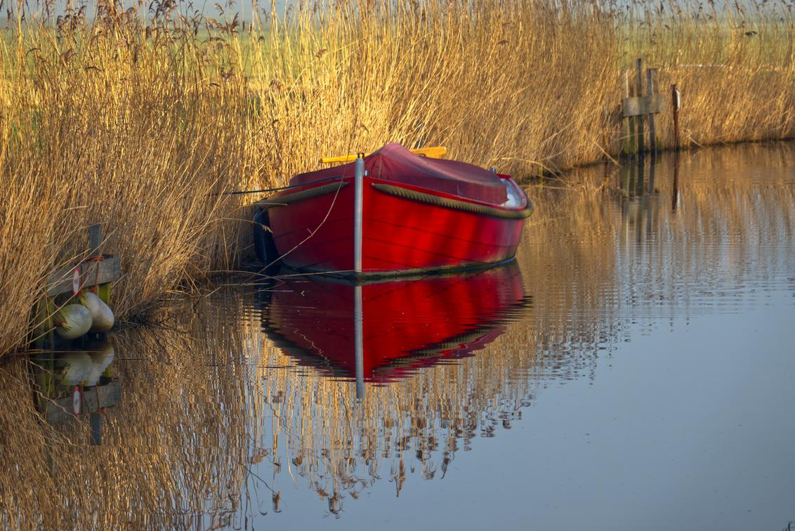 Voorjaarssfeer - Vroeg in de ochtend met een mooie zonneschijn. Februari 2021. - foto door Henk1949 op 04-03-2021 - deze foto bevat: water, boot, spiegeling