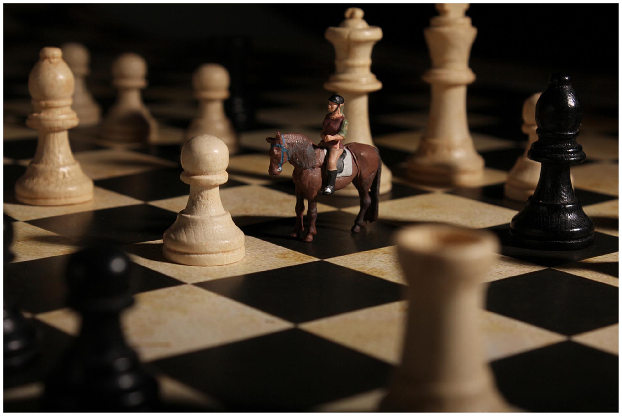 """paard naar E6 - in de categorie """"sport en spel""""... - foto door remkokillaars op 23-11-2012 - deze foto bevat: miniatuur, sport, paard, toren, spel, mini, schaak, schaken, denksport, modelspoor, loper, figuurtjes, preiser"""