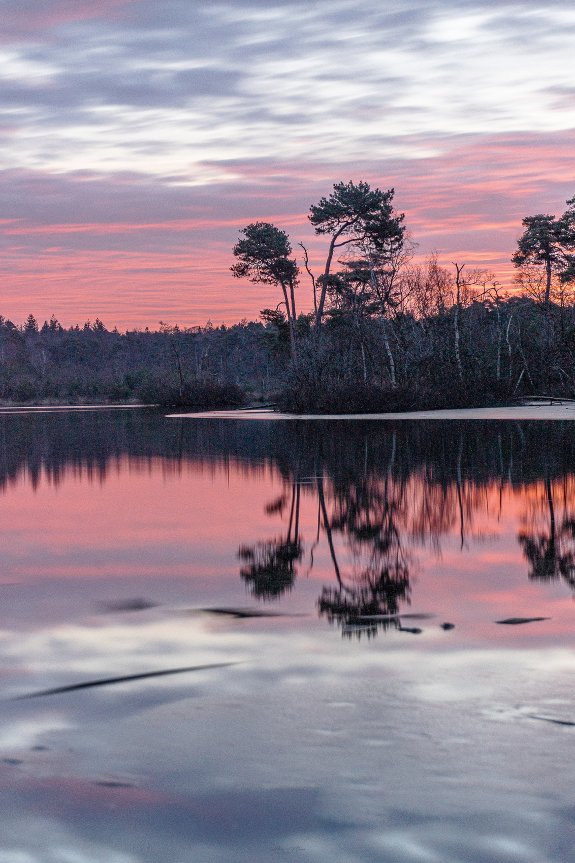 Red Velvet ❤️ - Prachtige ochtend met de roodgekleurde lucht! Heb ditmaal eens lange sluitertijd gebruikt, met gebruik van een ND filter en Grijsverloopfilter! Zo ho - foto door Alex-Maas1 op 27-02-2021 - deze foto bevat: lucht, wolken, zon, water, natuur, licht, spiegeling, landschap, bos, tegenlicht, zonsopkomst, bomen, meer, lange sluitertijd - Deze foto mag gebruikt worden in een Zoom.nl publicatie