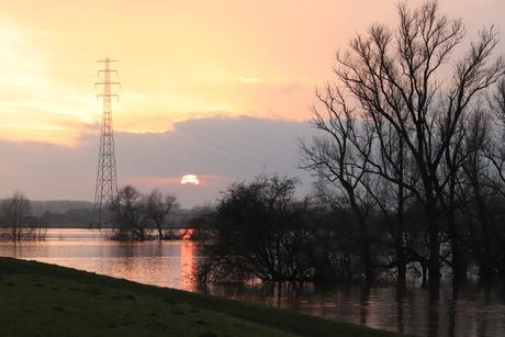 zonsondergang aan de Ijssel bij Eefde/Zutphen