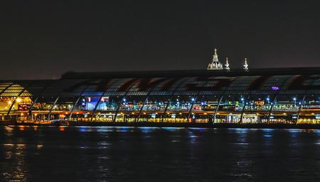 CS Amsterdam - Een licht puntje boven CS Amsterdam - foto door frewo op 08-04-2021 - locatie: Amsterdam, Nederland - deze foto bevat: water, middernacht, lucht, stad, waterweg, gebouw, grootstedelijk gebied, meer, elektriciteit, metropolis