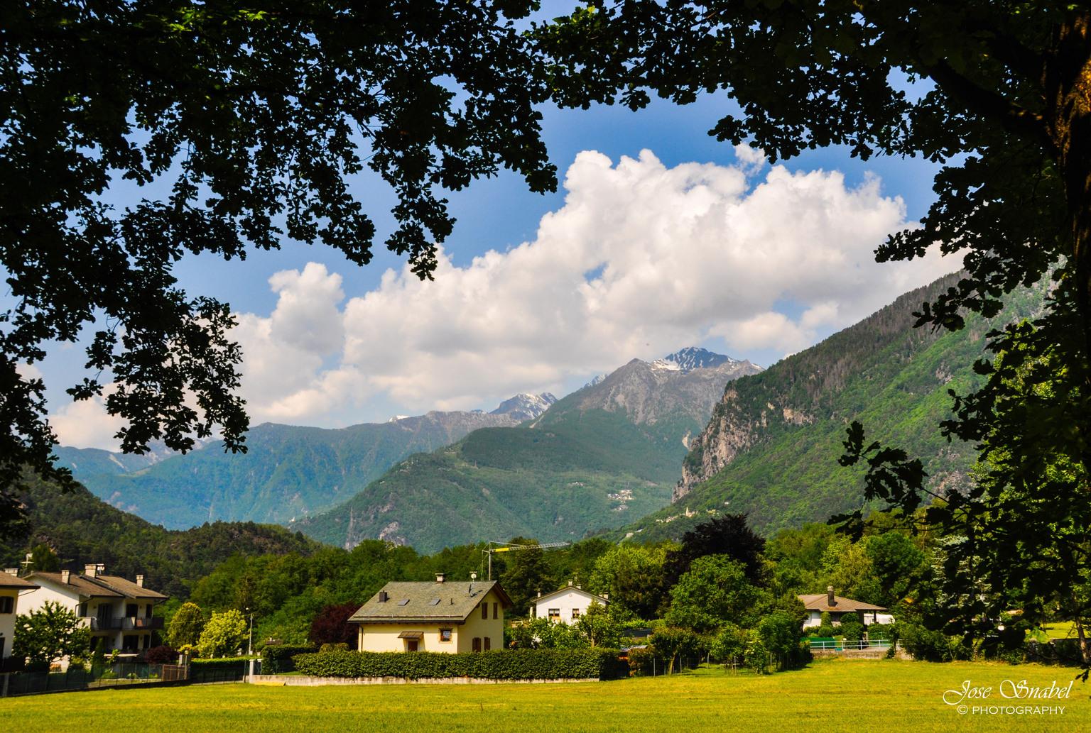 Italië, Piuro - Deze mooie plek met verschillende watervallen ligt in Italë. In de provincie Sondrio. Het is er heerlijk om te wandelen. Met heel veel mooie beekjes  - foto door Twist_zoom op 15-04-2021 - locatie: 23100 Sondrio, Italië - deze foto bevat: wolk, lucht, fabriek, berg, groen, boom, natuurlijk landschap, hoogland, gras, zonlicht