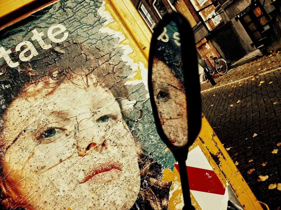 kijk naar je eige - groot zien aub   dank voor alle waardering   ooit telde Amsterdam 19 buurt dialecten, nu bijna allemaal kassiewijle. - foto door c.buitendijk53 op 18-09-2020 - deze foto bevat: amsterdam, bril, reclame, meisje, straatfotografie, reclamebord, dialect, brilmontuur