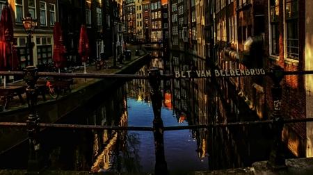 lege kleuren stad - groot zien aub  Elisabeth Maria (Bet) van Beeren (Amsterdam, 12 februari 1902 – aldaar 16 juli 1967) was uitbaatster van Café 't Mandje van 1927 to - foto door c.buitendijk53 op 03-03-2021 - deze foto bevat: amsterdam, kleur, licht, architectuur