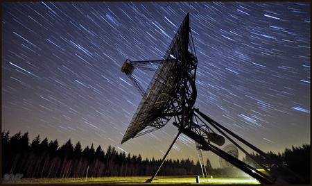 Startrails - Startrails bij een van de donkerste plekken van Nederland met heel veel sterren. 90 opnames van 30 seconden bij diafragma f4 iso 1600 - foto door wido-foto op 29-01-2014 - deze foto bevat: kleur, natuur, bewerkt, landschap, mist, zwart wit