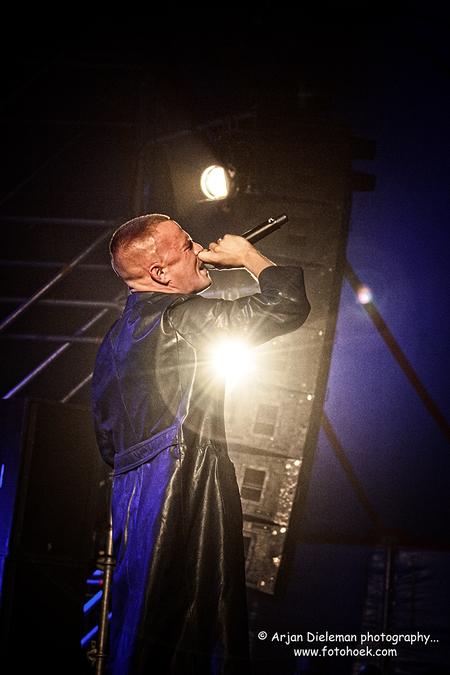 De Likt - © Arjan Dieleman photography...  meer foto's op www.fotohoek.com en https://500px.com/fotohoek/galleries  www.fotohoek.com fotohoek@live.nl 06  - foto door ArjanDieleman op 08-06-2016 - deze foto bevat: licht, pop, artiest, gitaar, muziek, optreden, concert, zingen, band, muzikant, geluid, zeeland, kracht, live, festival, concertfotografie, zanger, microfoon, podium, hulst, fotohoek, zeeuws vlaanderen, de likt, arjan dieleman, vest rock