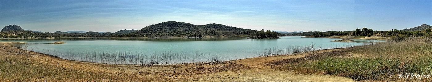 Embalse Alfonso XIII, Murcia - Panorama van het stuwmeer Alfonso XIII. Groot stuwmeer in de provincie Murcia voor nog maar 14% gevuld met water, kan niet als drinkwater gebruikt wo - foto door ocelot_zoom op 02-10-2020 - deze foto bevat: lucht, water, panorama, natuur, landschap, bomen, bergen, spanje, stuwmeer, nicojo, embalse alfonso xiii