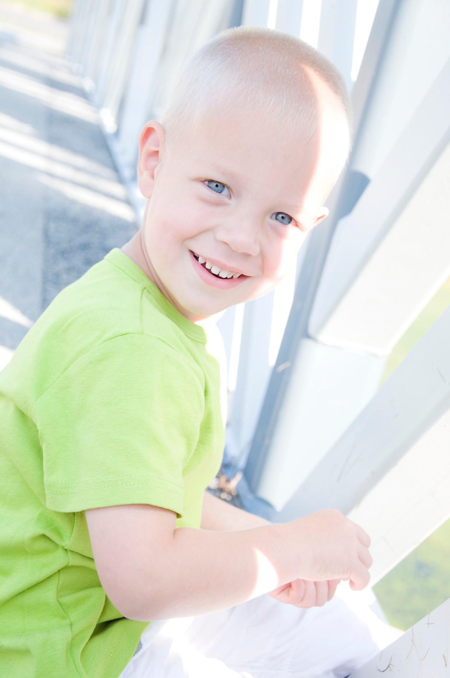 Danny - zomerse portretfoto's van een vrolijk mannetje - foto door senkie op 31-12-2011 - deze foto bevat: groen, zon, natuur, portret, zomer, kind, jongen, blond, natuurlijk licht