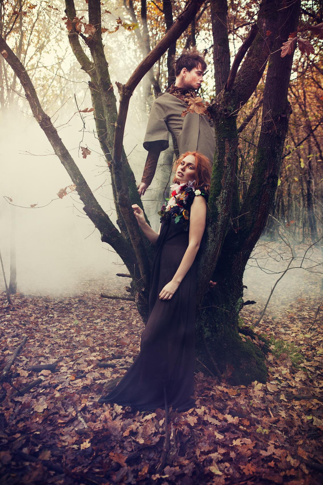 Forest Stories! - Clothing Designer: Bamba Matondo  MUAH: Maaike Buurman Model: Dawn Rose & Freddy Van Hof - foto door richardterborg op 12-01-2017 - deze foto bevat: natuur, portret, reclame, model, bos, tegenlicht, haar, fashion, meisje, schoenen, glamour, belichting, expressie, jurk, jeans, mode, fotoshoot, retro, romantisch, commercial, styling, editorial, fashionfotografie