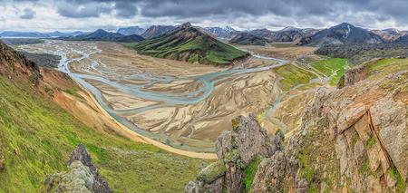 Landmannalaugar - Als je dan rechts om de bocht gaat (zie vorige up) kom je in dit bijzondere betoverende uitgestrekte landschap terecht. Oude lavastromen (links en r - foto door h.meeuwes op 11-01-2020 - deze foto bevat: uitzicht, panorama, natuur, vakantie, landschap, ijsland, bergen, rivier, wandelen, vulkaan, camping, ruig, lava, binnenland, beklimmen, landmannalangar