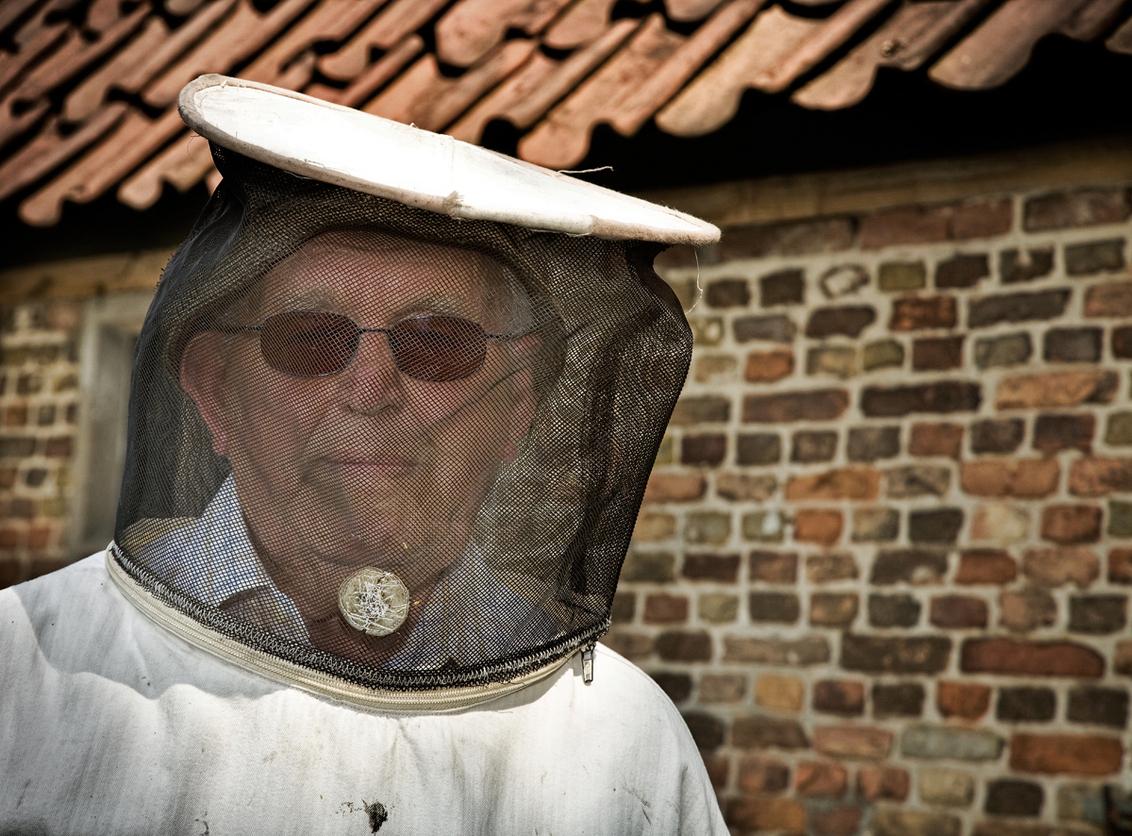 Imker - de bijenhouder - foto door marley op 24-04-2010 - deze foto bevat: man, natuur, portret, gezicht, masker, honing, kap, imker, bijenhouder
