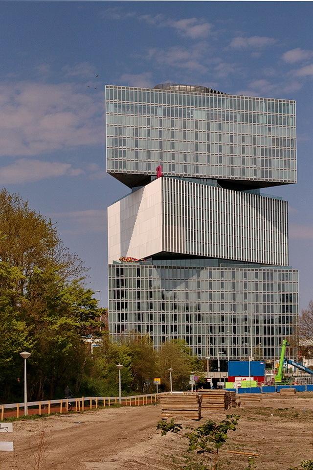 Zuidas Amsterdam - Hotel Nhow Rai, op de voorgrond word ook a weer vermoedelijk een hotel gebouwd.  12 april 2020. Groetjes Bob. - foto door oudmaijer op 02-09-2020 - deze foto bevat: lijnen, architectuur, reflectie, gebouw, stad, hotel, zuidas, alsterdam