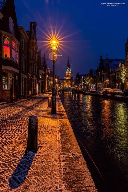Sneeuw in Alkmaar - - - foto door m_oudenaarden op 22-01-2021 - deze foto bevat: oud, lucht, donker, kleur, straat, blauw, water, licht, sneeuw, winter, avond, lijnen, beeld, bewerkt, spiegeling, reflectie, gebouw, stad, brug, nacht, perspectief, holland, nederland, alkmaar, gracht, bruggen, bewerking, sfeer, nachtfotografie, huis, reflecties, straatfotografie, photoshop, hdr, toerisme, details, noordholland, europa, lightroom, nik, kaasstad, noord-holland, fotohela, urban exploring, lange sluitertijd