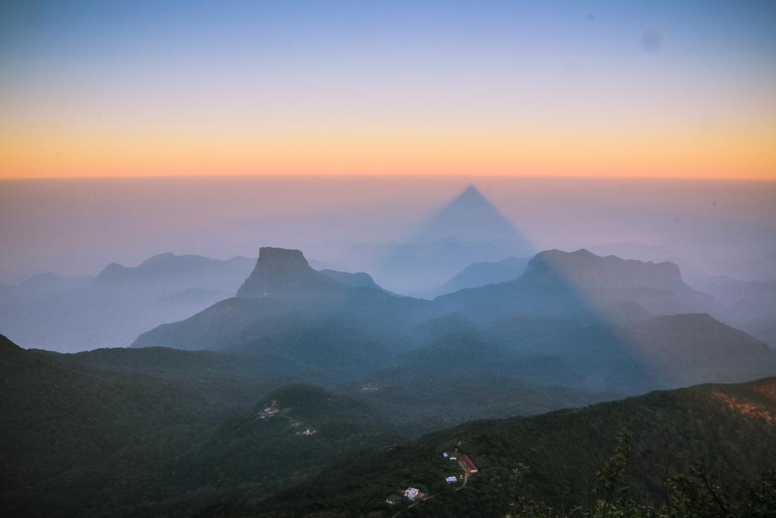 Dark side - Wanneer je midden in de nacht 3 uur lang naar boven bent gelopen naar de top van Adam's Peak (Sri Lanka) voor de zonsopkomst, maak dan ook gebruik va - foto door jurjen89 op 28-04-2017 - deze foto bevat: lucht, zon, uitzicht, vakantie, landschap, bergen, wandelen, reisfotografie