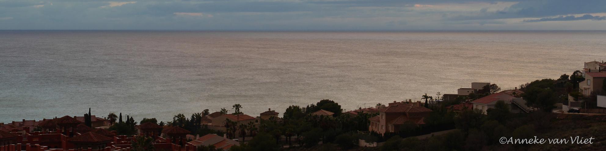Zand - Na 2 dagen regen, die nog steeds niet ten einde is vind je overal op ondergelopen wegen of waar dan ook, zand heel veel zand. Dus ook in zee. Het zan - foto door AnnekevanVliet op 18-12-2016